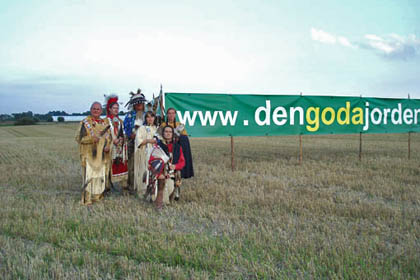 Indianer framför banderoll